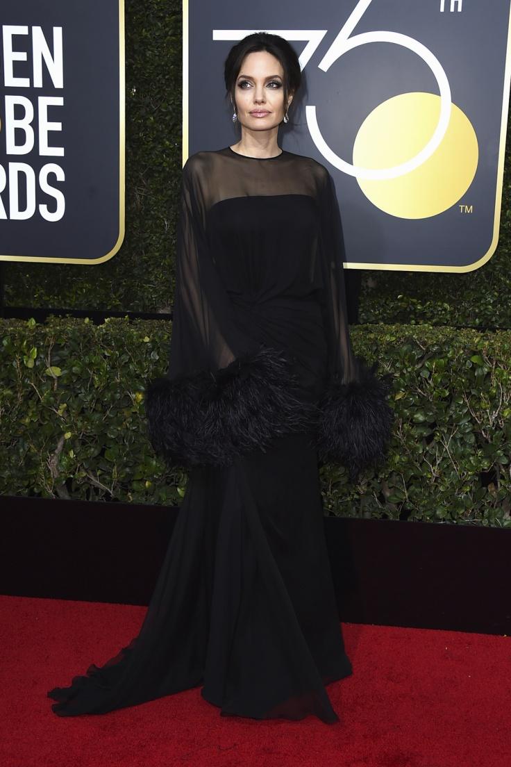 Angelina Jolie de Atelier Versace, joyas de Stuart Weitzman