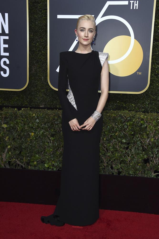 Saoirse Ronan de Atelier Versace, joyas Cartier